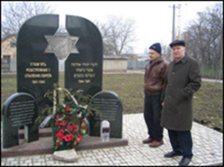 Mihail+Zaslavski+(dreapta)+la+monumentul+care+comemorează+masacrul.+Undeva+aici+este+familia+mea+spune+Mihail+Zaslavski